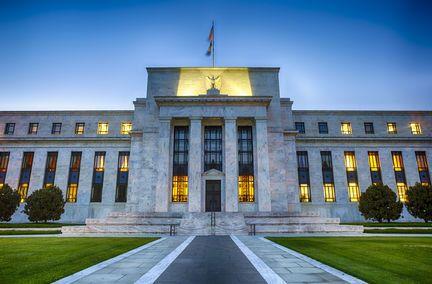 Aux USA, la baisse des taux directeurs fait débat